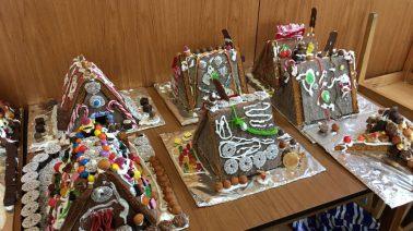 Die große Zuckerschlacht: Erfolgreiches Lebkuchenhausbasteln der JA
